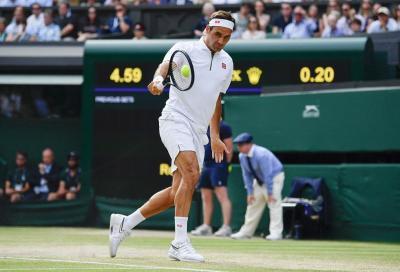 Federer palleggia con il muro e lancia la sfida a colleghi e amici