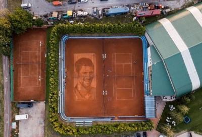 Il volto di Djokovic dipinto in terra battuta: il capolavoro del 'Pianista'