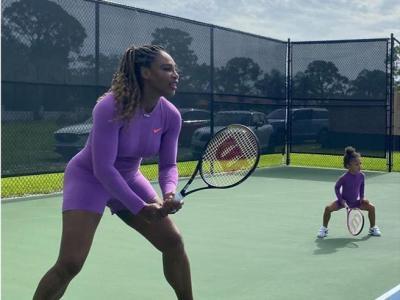 Serena Williams, foto in campo con la figlia Olympia