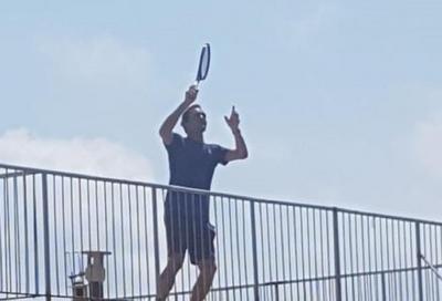 Federer show a Finale Ligure: palleggia sui tetti con due giovani fan