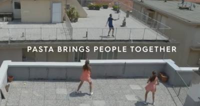 Barilla pubblica il video: Vittoria e Carola, volée sui tetti con Federer