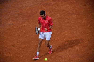 Roland Garros, Djokovic ai quarti col 'brivido': colpito involontariamente un giudice di linea