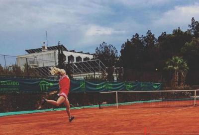 L'impresa di Francesca Jones, prima qualificazione slam per la tennista con le dita mancanti