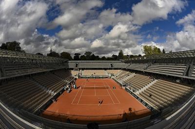 Che spettacolo a Parigi: i campi del Roland Garros coperti di neve (FOTO)