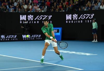 Australian Open, Djokovic passeggia nel match d'esordio