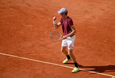 Jannik Sinner vince, convince e raggiunge Nadal al secondo turno