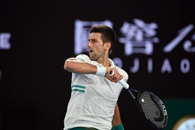 Tokyo 2020, Djokovic lancia la racchetta in tribuna (VIDEO)