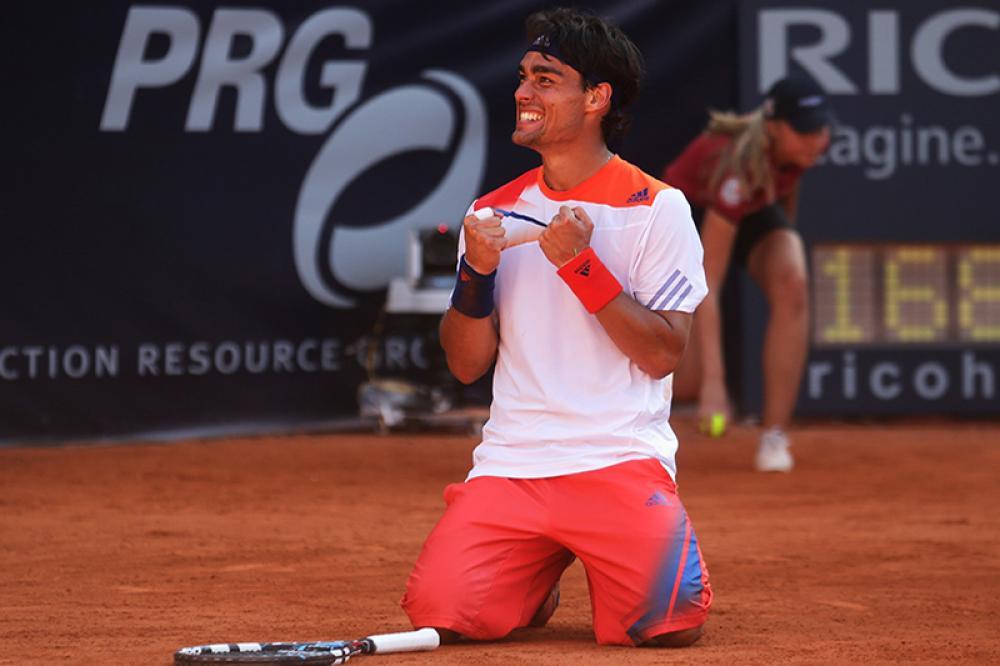 … anche perché la settimana dopo fece ancora meglio ad Amburgo, regalandosi una meravigliosa doppietta. La star del torneo era Roger Federer, ma lo svizzero cadde in semifinale contro Federico Delbonis ed ad approfittarne fu l'azzurro, a modo suo, salvando tre match-point nel tie-break del secondo set. 6-5 Delbonis, nulla da fare. 7-6 Delbonis, nulla da fare. 8-7 Delbonis, nulla da fare. Allora 10-8 Fognini, fuga immediata nel terzo e finale in ginocchio sulla terra dell'Hamburger Rothenbaum, per il primo titolo in un ATP 500. Subito dopo sarebbe arrivato in finale anche a Umag.