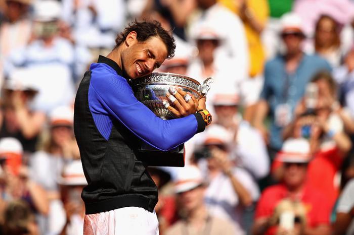 La Coppa dei Moschettieri l'ha abbracciata per la decima volta domenica 11 giugno 2017, al termine di una finale mai davvero iniziata contro Stan Wawrinka, a chiudere un torneo mai dominato prima con cotanta facilità. Ma Rafael Nadal il suo ennesimo Roland Garros l'aveva già ipotecato cinque mesi prima, a gennaio, quando si è reso conto di essere tornato sul serio quello dei tempi d'oro. Nella finale di Melbourne tutti hanno capito come sarebbe andata la stagione sul rosso. E così è stato.
