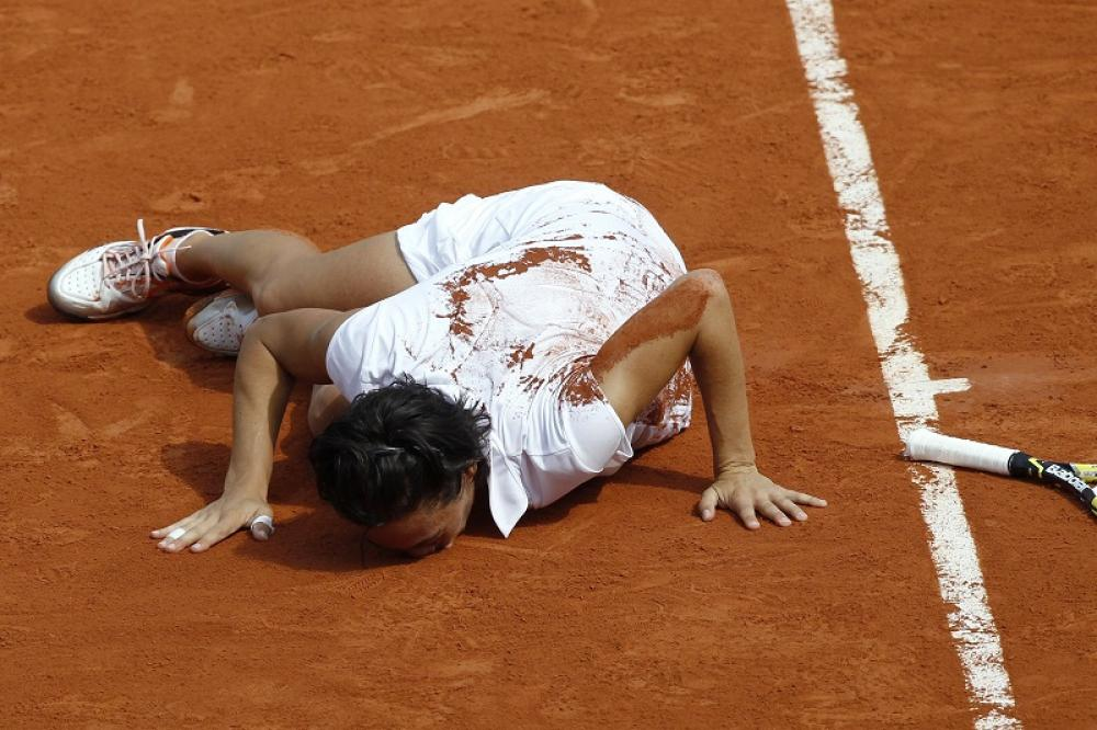 """Roland Garros 2010 – Un'impresa da leggenda: battendo in sequenza Li, Kirilenko, Wozniacki, Dementieva e Stosur, diventa la prima italiana di sempre a vincere un torneo del Grande Slam. In preda all'onda emotiva, avrebbe persino """"mangiato"""" un po' della terra rossa di Parigi."""