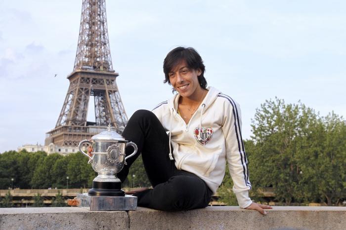 Roland Garros 2010 – Ogni vincitore Slam che si rispetti si gode la sua passerella. Il giorno dopo, mentre Nadal vinceva per la quinta volta, Francesca posava per il photoshooting più dolce ai piedi della Torre Eiffel.