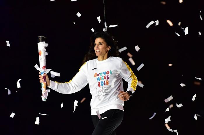 Gabriela Sabatini con la fiaccola olimpica durante la cerimonia di Inaugurazione delle Olimpiadi Giovanili