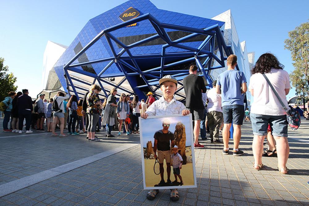 Un giovane fan che aveva già incontrato Federer in un'escursione in Western Australia. Mancava solo l'autografo sulla foto...